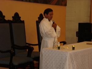 HH 101 Secc. 17-02. Padre Tamayo en la UNAH. Misa de resistencia. 18 de agosto de 2009