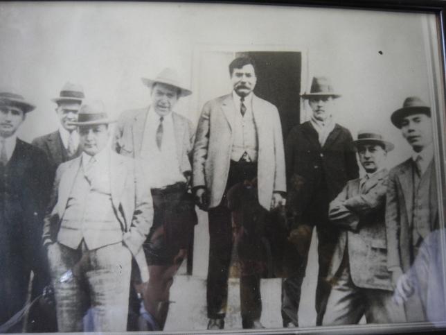 Tiburcio Carías Andino al centro, a su derecha Armando Velásquez Cerrato,  colección de Aurora de Carías